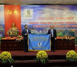 Ông Hà Kế San – PCT UBND tỉnh Phú Thọ trao cờ trưởng nhóm hợp tác năm 2017 cho ông Phạm Văn Thủy – PCT UBND tỉnh Sơn La
